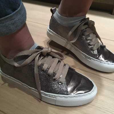 goudkleurige sneakers